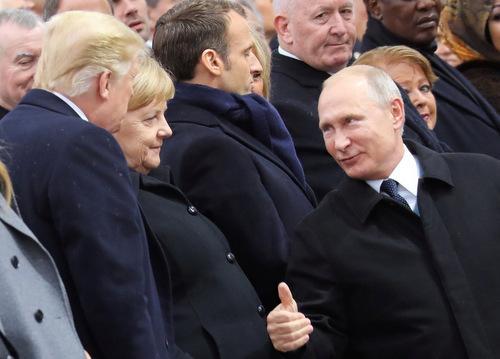 Tổng thống Putin (phải) giơ ngón cái với Tổng thống Mỹ. Ảnh: Reuters.