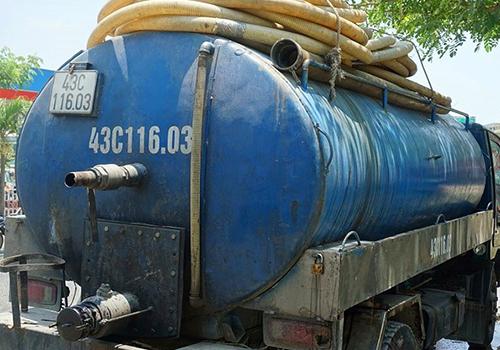 Tài xế đổ nhớt thải xuống cống thoát nước bị phạt 123 triệu đồng