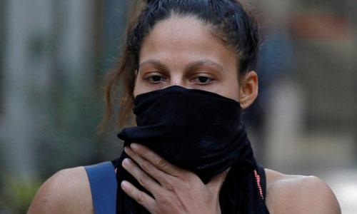Nữ võ sĩ người Colombia Dayana Cordero lấy áo che mặt sau buổi tập luyện cho giải đấu tại New Delhi, Ấn Độ. Ảnh: Reuters.