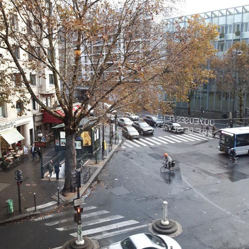 Bức ảnh người đi xe đạp giữa đường phố Paris hôm 10/11 đượcHeisbourg