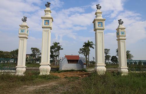 Cổng chính vào khu nhà tưởng niệm ngổn ngang đất đá. Ảnh: Nguyễn Hải.