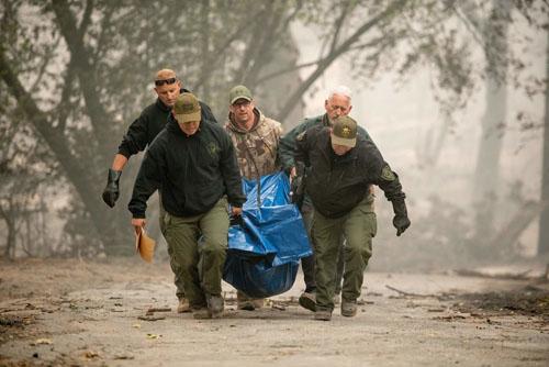 Cảnh sát hạt Yuba, Califonia di chuyển thi thể nạn nhân khỏi khu dân cư bị thiêu rụi ở thị trấn Paradise hôm 11/11. Ảnh: AFP.