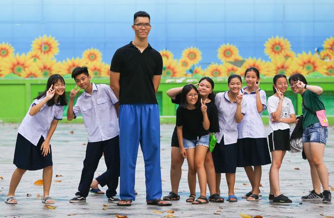 Chàng trai cao 2,2 m ở Sài Gòn chỉ ước mình 1,6 m