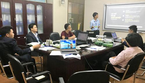 Đội dự thi thuyết trình trước ban giám khảo.