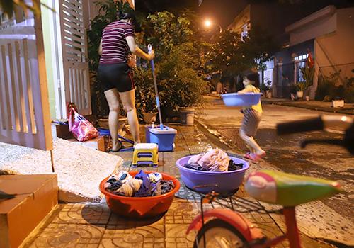Nhiều nhà dân ở Đà Nẵng phải tranh thủlúc thấp điểm để giặt tay vì máy giặt không đủ nước hoạt động. Ảnh: Nguyễn Đông.