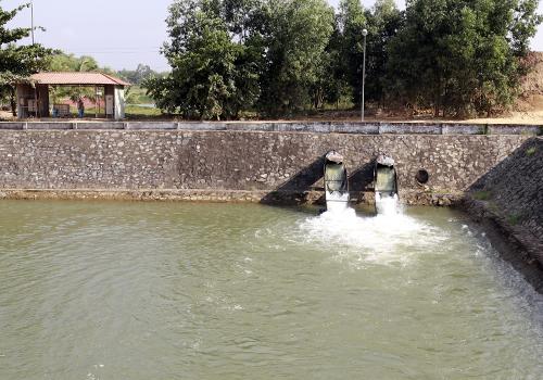 Nhà máy nước Cầu Đỏ phải bơm nước từ trạm phòng mặn An Trạch về để vận hành. Ảnh: Nguyễn Đông.