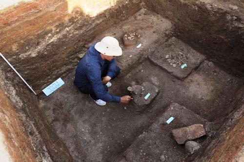 Nhà khoa học phát hiện mộ cổ của cư dân Sa Huỳnh ở Suối Chình, Lý Sơn. Ảnh: Đoàn Ngọc Khôi.