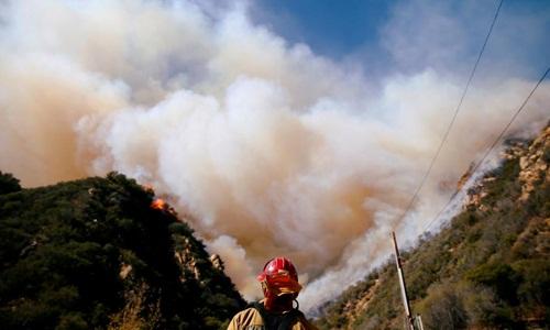 Khói bốc lên từ đám cháy rừng Woolsey, California, ngày 11/11. Ảnh: Reuters.