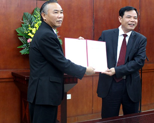 Bộ trưởng Nguyễn Xuân Cường (phải) trao quyết định cho ông Phùng Đức Tiến. Ảnh: MADR.