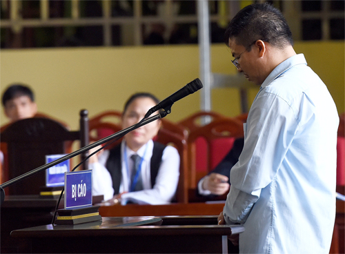 Người đàn ôngbị truy tố tội Đánh bạc, trả lời thẩm vấn ngày 14/11. Ảnh: Giang Huy
