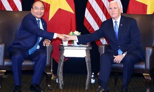 Thủ tướng Nguyễn Xuân Phúc (trái) và Phó tổng thống Mỹ Mike Pence trong cuộc gặp tại Singapore ngày 14/11. Ảnh: Bộ Ngoại giao.