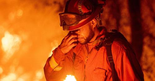 Một tù nhân tham gia chữa cháy rừng ở  Redding, California hồi tháng 7. Ảnh: AFP.
