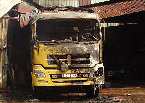 Ôtô tải bị cháy rụi phần đầu. Ảnh: Quế Biên.