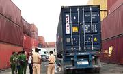 Lùi trong cảng ở Sài Gòn, xe container cán chết người