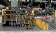 Lính Mỹ rải hàng rào thép gai ngăn đoàn người di cư từ Mexico