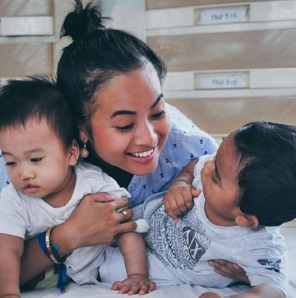 Hiện Hiền sống tại TP HCM, ngoài giờ lên lớp, cố đến chăm sóc các bé cùng hoàn cảnh với mình và mong muốn giúp các em có cuộc sống tốt hơn. Ảnh: NVCC.