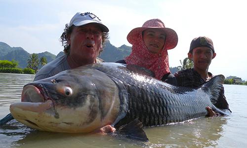 Christophe (trái) lập kỷ lục thế giới khi bắtđược con cá chép nặng 86 kg. Ảnh: NVCC.