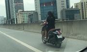 Cô gái đầu trần phóng xe máy trên đường cao tốc