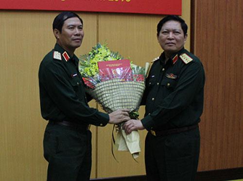 Đại tướng, Bộ trưởng Quốc phòng Ngô Xuân Lịch trao quyết định bổ nhiệm cho Trung tướng Nguyễn Tân Cương. Ảnh: Mod.