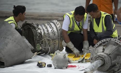 Các nhà điều tra xem xét mẩu động cơ chiếc máy bay Boeing 737 Max 8 do hãng Lion Air vận hành lao xuống biển Java hồi cuối tháng 10. Ảnh: AFP.