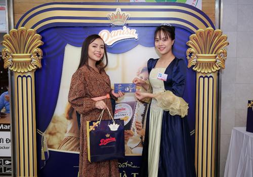 Bạn có thể đổi vé tham gia đêm nhạc để gửi tặng thầy cô bằng cách mua bánh Danisa tại Aeon Long Biên, Big C Thăng Long, Big C Garden và Lotte Ba Đình ở Hà Nội.