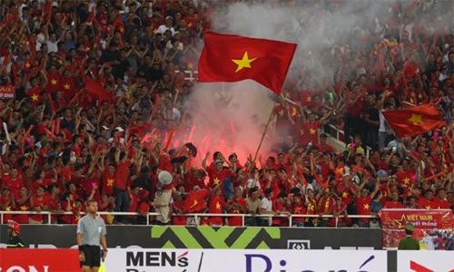 CĐV Việt đốt pháo sáng trên khán đài sân Mỹ Đình trong trận Việt Nam gặp Malaysia tối 16/11.