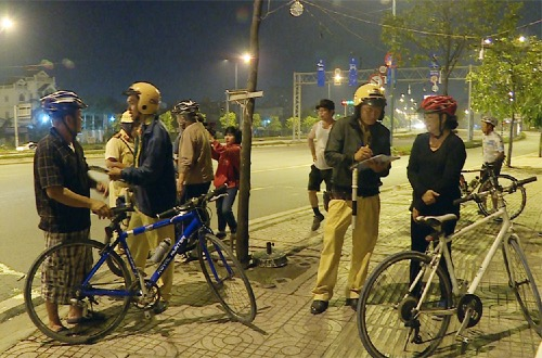 Nhiều người đi xe đạp sai luật bị CSGT nhắc nhở. Ảnh: Sơn Hoà.