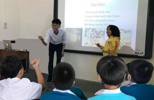 Tiết học của thầy Võ Duy Quang tạitrường Nuôi dạy trẻ khiếm thính Lâm Đồng. Ảnh: NVCC.