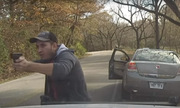 Cảnh sát Mỹ thoát chết khi bị người vi phạm giao thông bắn nát xe