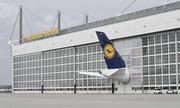 Máy bay chở khách lớn nhất thế giới 'thò đuôi' ra khỏi kho chứa