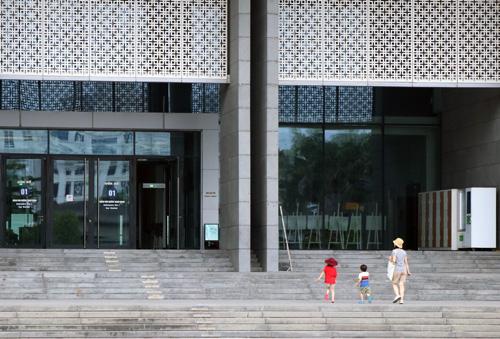 Khách đến thăm quan bảo tàng Hà Nội sáng 18/11. Ảnh: Võ Hải.