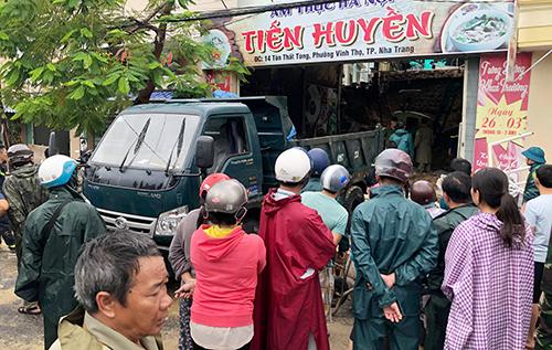 Bức tường quán phở ở Nha Trang đổ sập, hai người tử vong. Ảnh: Xuân Ngọc
