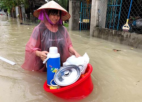 Nhiều nơi ở Nha Trang ngập sâu, người dân sơ tán tài sản. Ảnh: Xuân Ngọc