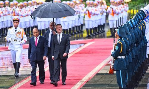 Thủ tướng Nguyễn Xuân Phúc và Thủ tướng Nga Dmitry Medvedev duyệt đội danh dự trong lễ đón sáng nay ở Phủ Chủ tịch. Ảnh: Giang Huy.