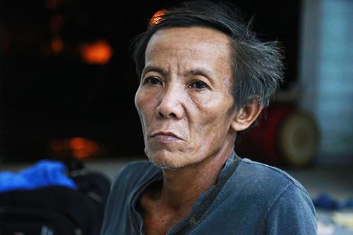 Ông Lý TrựcLiêm, nạn nhân mất nhà vụ sạt lở núi,ngồi thất thần tại nhà văn hóa thôn. Ảnh: Xuân Ngọc.