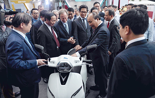 Thủ tướng và các lãnh đạo Nhà nước tìm hiểu xe máy kiện Klara.