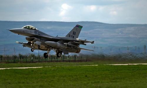 Một tiêm kích F-16 Mỹ triển khai tại Đông Âu. Ảnh: AP.