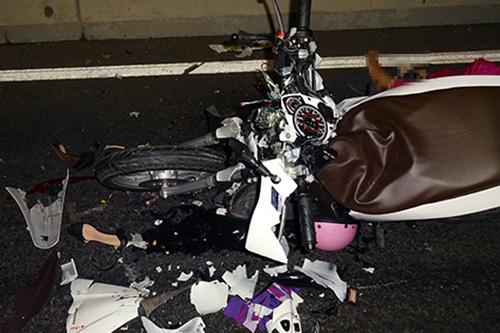 Xe máy bể nát phần đầu trong vụ tai nạn. Ảnh: Công an cung cấp