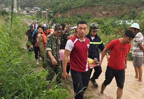 Lực lượng cứu hộ đưa nạn nhân ra khỏi điểm sạt lở ở Nha Trang. Ảnh: Xuân Ngọc