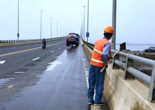 Để đảm bảo cho người và các phương tiện qua cầu vượt biển Tân Vũ- Cát Hải, Xí nghiệpquản lý bảo dưỡng đường ô tô Tân Vũ- Lạch Huyện đã điều xe phun nước để thu gom đinh. Ảnh: CTV