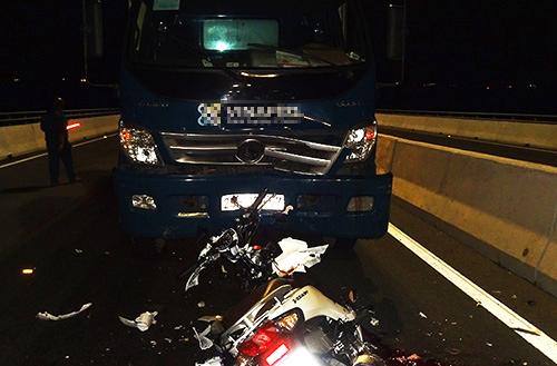 Hiện trường xe máy chạy ngược chiều tông ôtô tải trên cầu Cao Lãnh. Ảnh: Công an cung cấp.