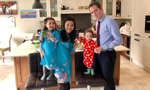 Trang cùng ông xã và hai con trong trang phục đón Tết âm lịch năm ngoái. Ảnh: NVCC.