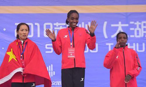 Hà Dấn Lệ (trái)giành huy chương bạc trong giải chạy marathon Tô Châu hôm 18/11. Ảnh: News 123.