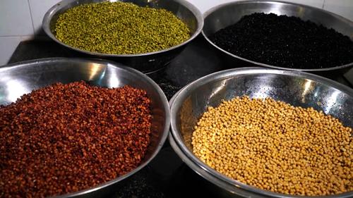 Các loại đậu được ngâm qua nước để loại bỏ đất cát bẩn và các chất ức chế không tốt có trong vỏ hạt. Ảnh: Bizmedia
