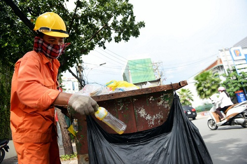 Nhân viên môi trường TP HCM phân loại rác sau khi thu gom. Ảnh Hữu Khoa