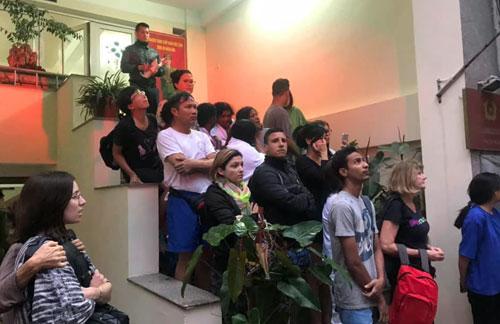 Nhiều du khách từ khách sạn được sơ tán ra ngoài an toàn.Ảnh: Hoàng Nhật