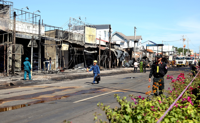 Dãy phố ở Bình Phước tan hoang sau biển lửa từ xe bồn chở xăng