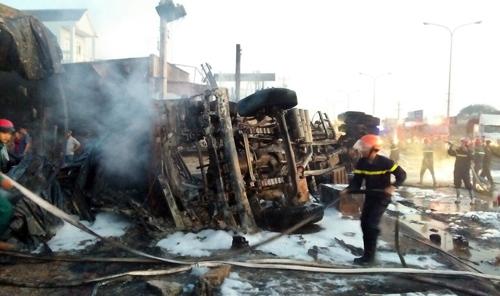 Xe bồn chở xăng lật sau vụ tai nạn. Ảnh: Văn Trăm