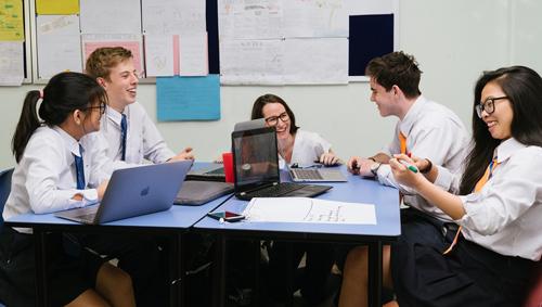Trường Quốc tế Úc (AIS) với hơn 1.200 học sinh từ 40 nước, là môi trường thuận lợi để học sinh phát triển học tập chuẩn quốc tế và kỹ năng ngôn ngữ đa dạng.