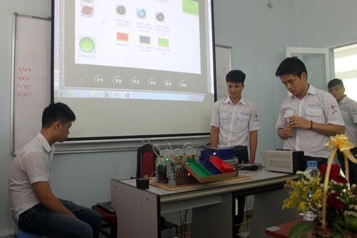 Sinh viên trường Cao đẳng Điện lực TP HCM trong một giờ thực hành. Ảnh: hepc.edu.vn.